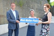 TaufpatInnen des Mani-Matter-Platz: Parlamentspräsident Markus Willi, Gemeinderätin Rita Haudenschild, Sibyl Matter, Tochter von Mani Matter (v.l.n.r.)